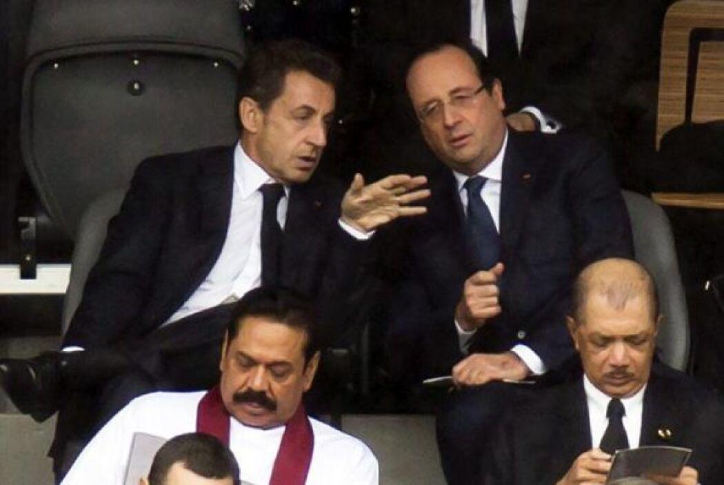 El presidente francés, François Hollande, conversa con su predecesor, Ni...