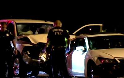 Un hombre fue atropellado mientras cambiaba la llanta de su auto en una...