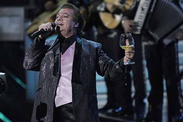 6.- El cantante Juan Gabriel también era presuntamente invitado para can...