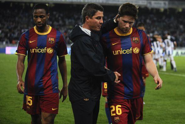 Los jugadores del Barcelona se retiraron con la cabeza baja luego de la...