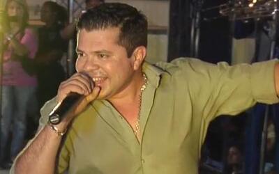 Jorge Medina fue captado caminando sin calzado después de un concierto