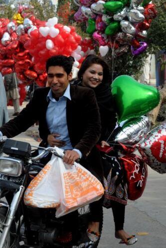 Incluso hubo personas que paseaban en motocicleta con todo y globos, pue...