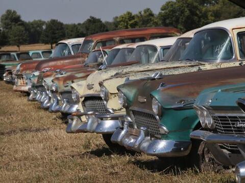 Los coches clásicos se alinean para ser subastados en un campo en la gra...