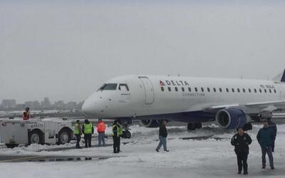 Avión de aerolínea Delta de desliza en pista de aterrizaje del Aeropuert...