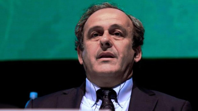 Platini hizo un llamado a Blatter para que acabe con la propiedad de fut...