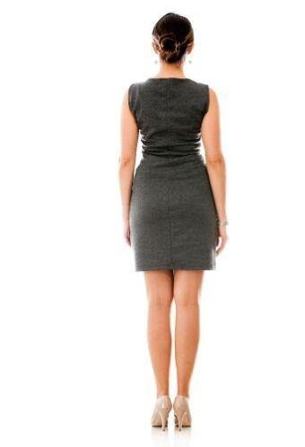 Con el uso de zapatos bajos, la espina dorsal está derecha y las pantorr...
