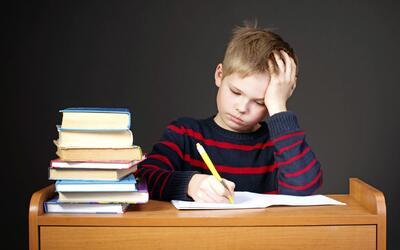 ¿A tu hijo no le gusta hacer la tarea? Escucha cómo puedes motivarlo