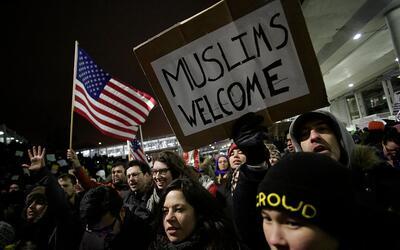 Decenas de manifestantes acudieron al Chicago O'Hare International Airpo...