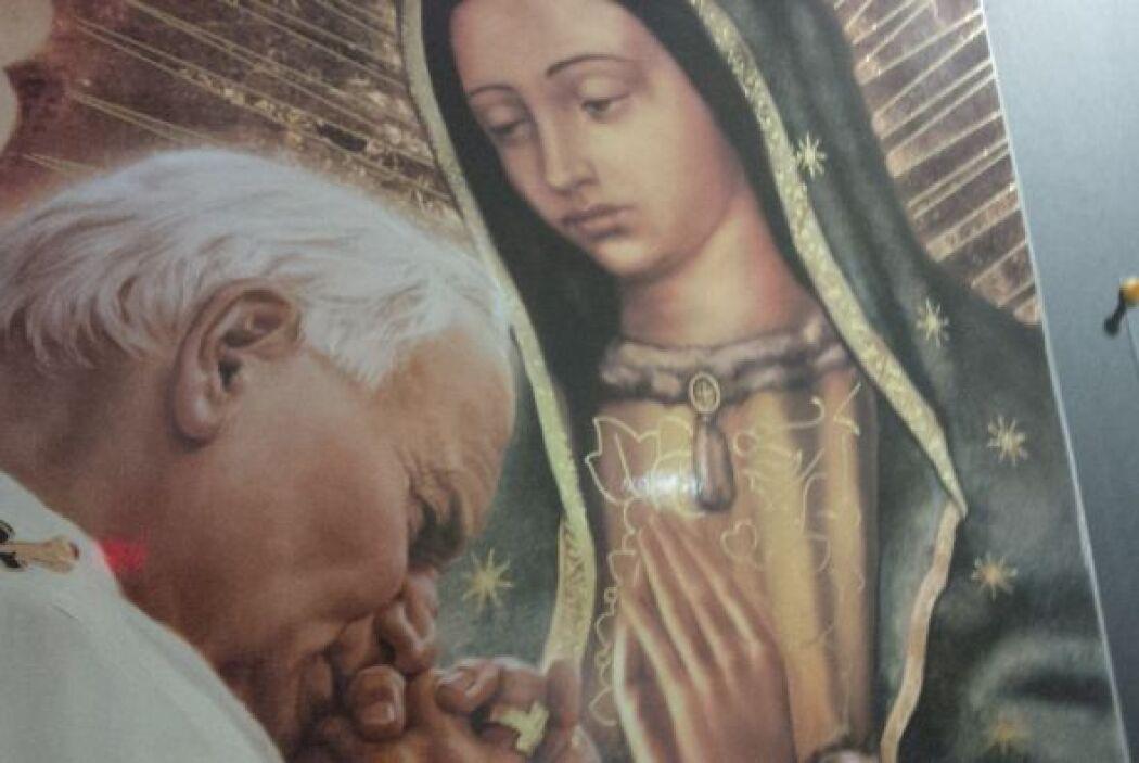Juan Pablo II ora junto a la imagen de Nuestra Señora de Guadalupe estam...