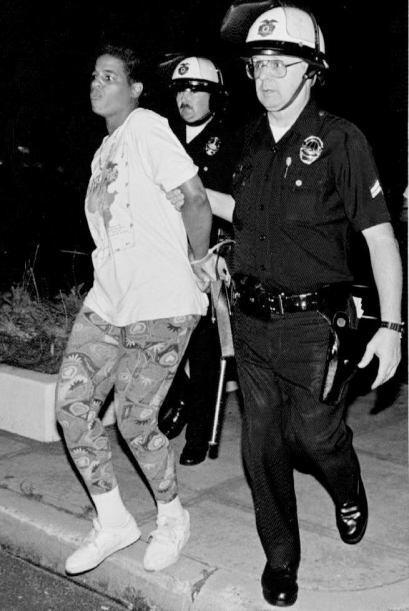 Hubo cientos de arrestos. Finalmente, un juez ordenó un nuevo juicio con...