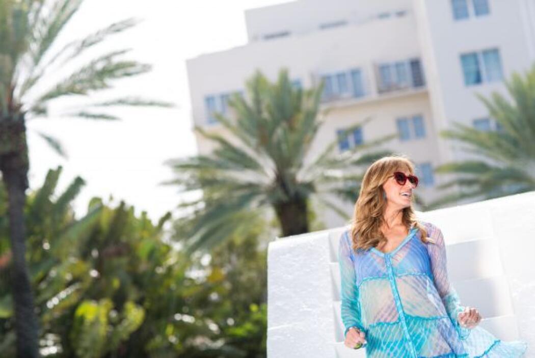 En una piscina de Miami, Lili Estefan bailó al ritmo de la música.