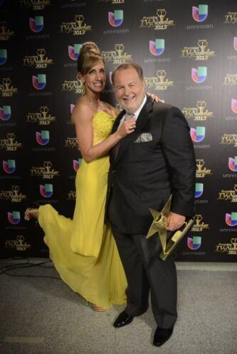 Raúl de Molina agradeció a TVyNovelas su premio y acotó que no son 20, s...