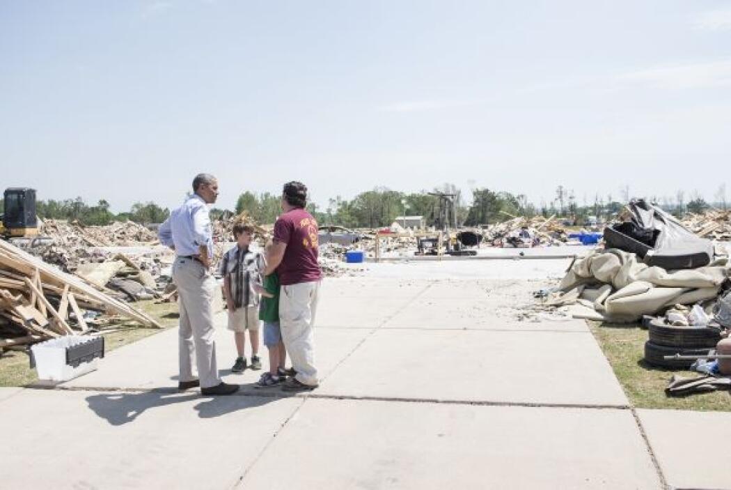 Obama recorrió las destrozadas calles de Vilonia.