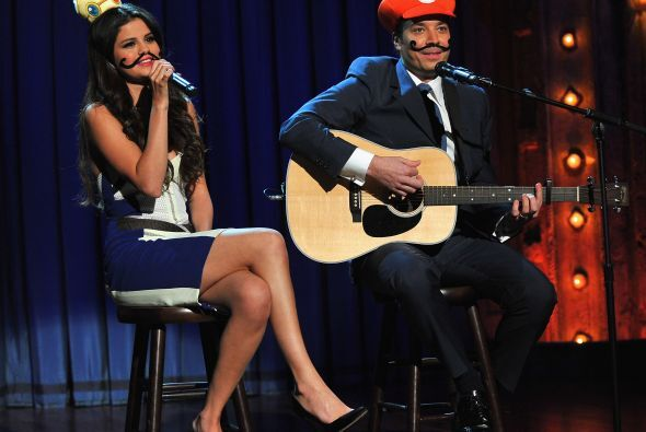 Tomó el micrófono y se puso a cantar al lado del presentador.