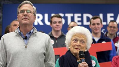 Barbara Bush acompaña a su hijo Jeb.