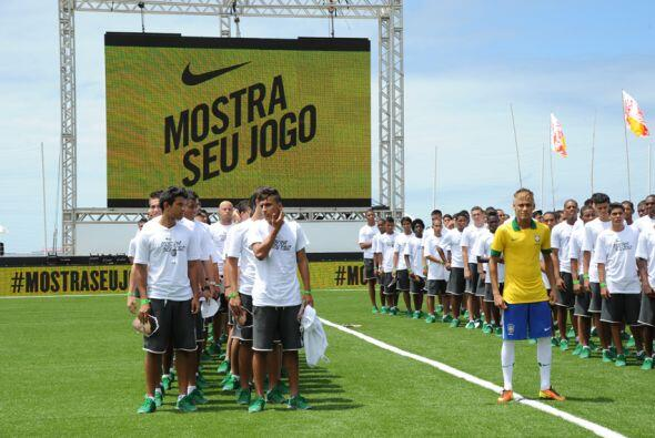 Y más adelante, Brasil también jugará con esta camisa en la Copa Confede...