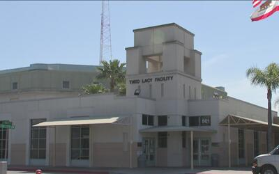 El alguacil del condado Orange abre las puertas del centro de detención...