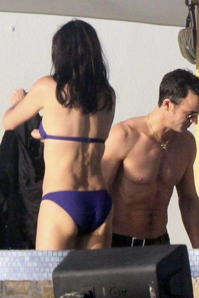 La famosa viajó a Cabo San Lucas con su prometido, Justin Theroux y vari...