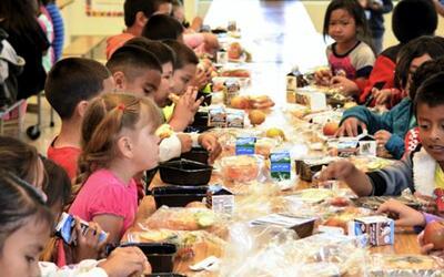 Estudiantes en desayuno escolar.