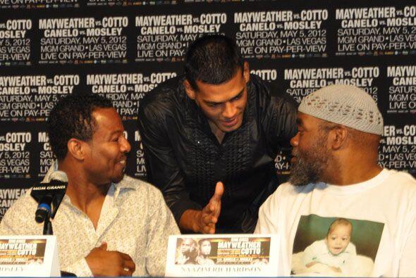 A pesar de todo Quintana se saludó cordialmente con Canelo y con Mosley.