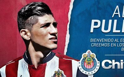 Chivas le da la bienvenida a Alan Pulido.