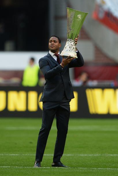 El ex jugador Patrick Kluivert, embajador de UEFA, mostraba el trofeo a...