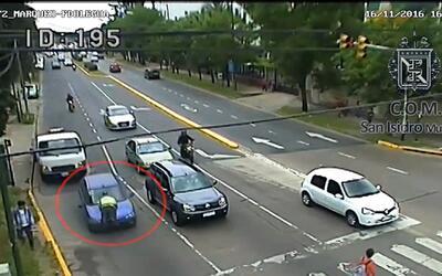 Una mujer arrastró a un agente de tránsito más de 1,000 pies en el capó...