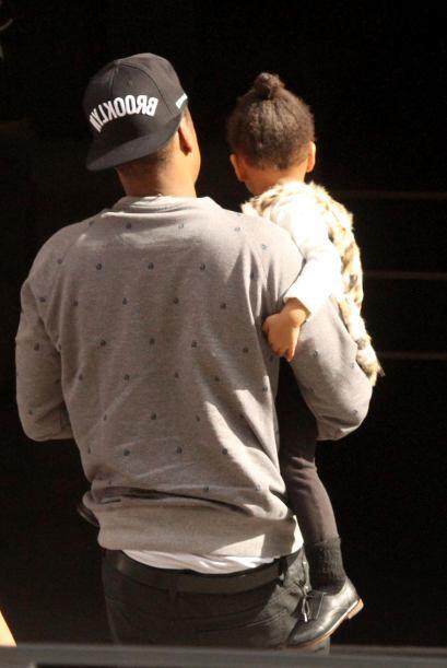 Luego le tocó el turno al rapero de cargar a su nena.   Más videos de Ch...