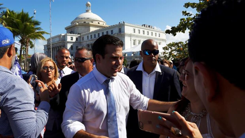 El nuevo gobernador de Puerto Rico, Ricardo Rosselló, tras el acto de j...