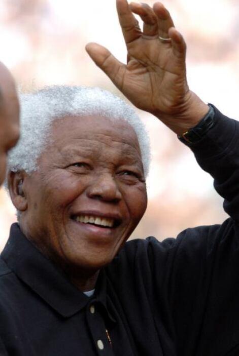 2004: Mandela se retira de la vida pública.