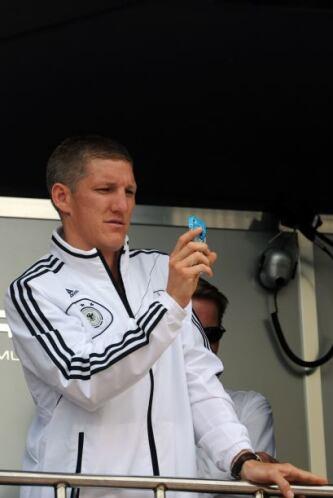 El seleccionado alemán Bastian Schweinsteiger no pudo contenerse y tomar...