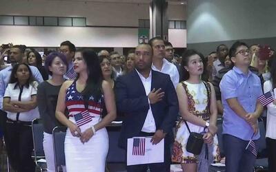 Nuevos ciudadanos hispanos se preparan para votar en las elecciones pres...