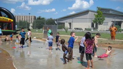 También aprovecharon para jugar en los chorros de agua, ideales p...