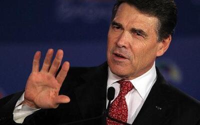 El gobernador Ricky Perry se entregó a las autoridades y ahora espera un...