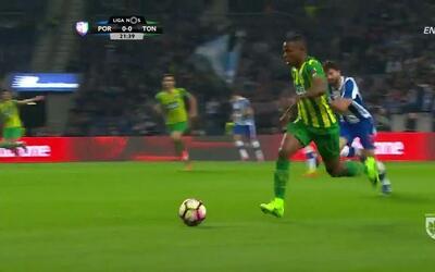 Tarjeta amarilla. El árbitro amonesta a Rúben Diogo da Silva Neves de Porto