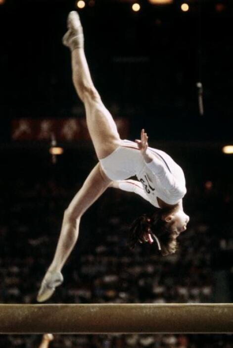 Nadia Comaneci: La primera gimnasta en obtener un diez en una competenci...