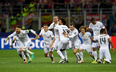 Los jugadores del Real Madrid corren a celebrar tras el penalti de Crist...