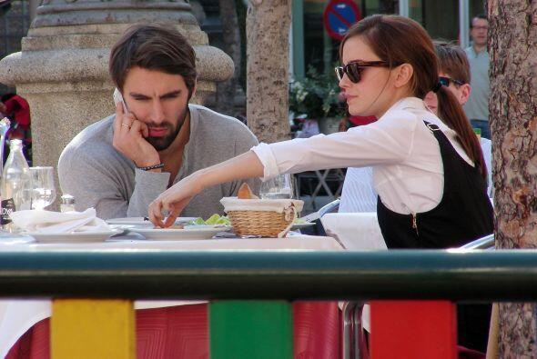 El celular de Matthew rompía el ambiente, pues Emma se mostró seria mien...