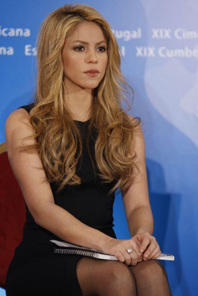 Después de traer el cabello con tinte rojo y negro, Shakira pas&o...
