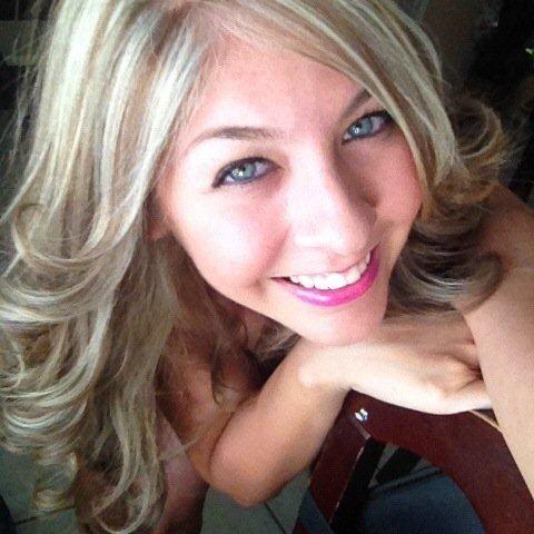 Esta bella rubia se llama Ivette Ramos.