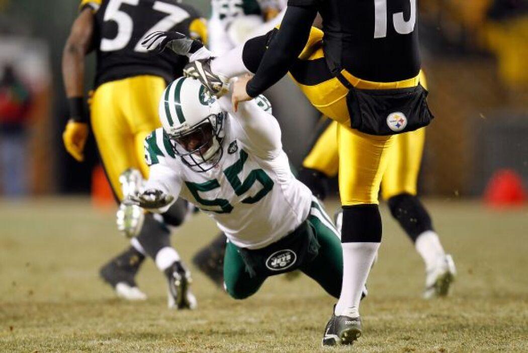 Jamaal Westerman #55 de los Jets trató de bloquear la patada de despeje...
