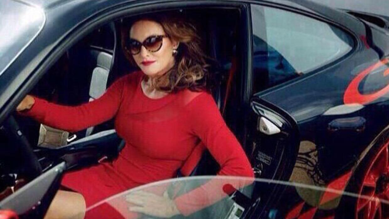 Caitlyn Jenner en un auto deportivo
