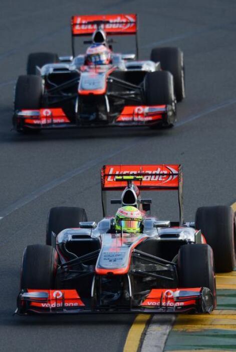 Sergio Pérez encabezando a Button en formación.