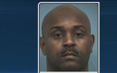 Un agente de policía fue acusado de agresión criminal contra un miembro...