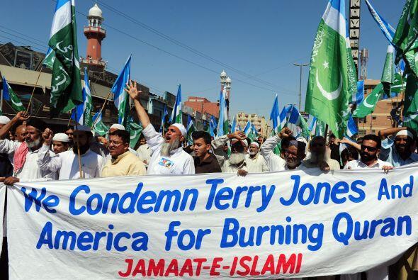 Las protestas no se hicieron esperar. En Pakistán, frente a la sede de l...