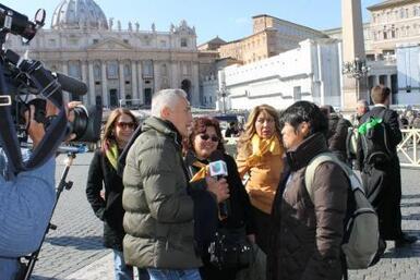 Noticiero Univision detrás de cámara durante la cobertura sobre la renun...