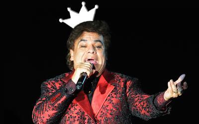 Juan Gabriel vistió una chamarra de jacquard roja y negra en los...