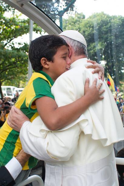 Este enternecedor abrazo se lo dio a un niño en la Quinta da Boa...