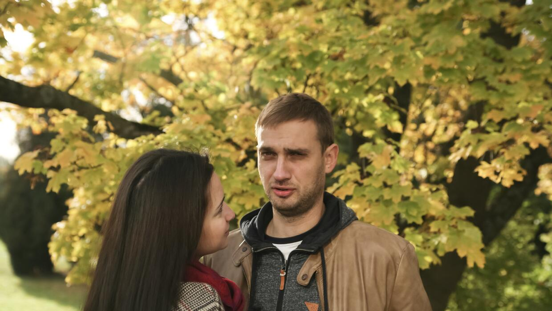 Hombre indiferente con su pareja