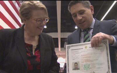 Nuestro reportero Alejandro Mendoza de Univisión 34 ahora es ciudadano e...